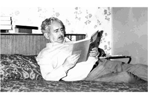 dad on bed reading